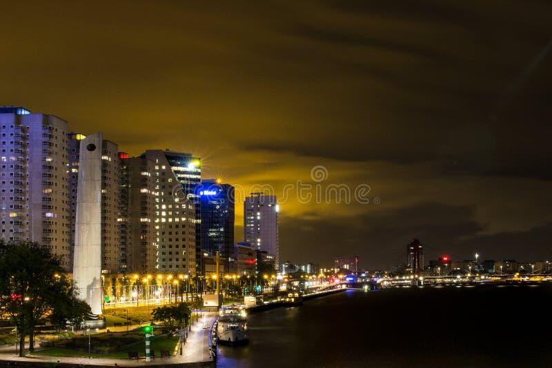 Cidade de Rotterdam na noite imagem de stock royalty free