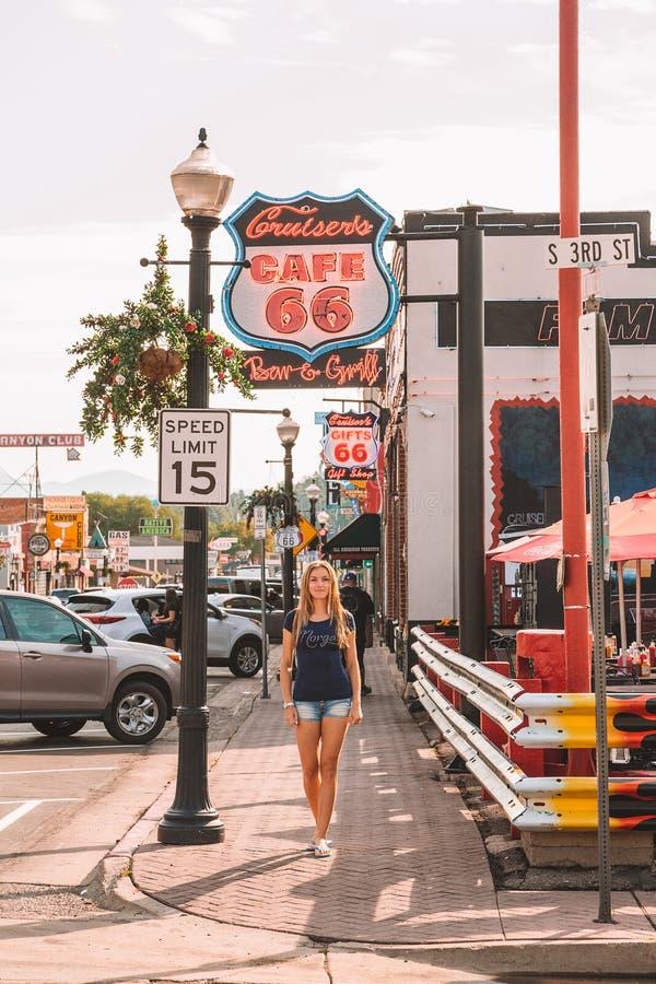 Cidade de Route 66 pelo estação de caminhos-de-ferro à garganta fotografia de stock