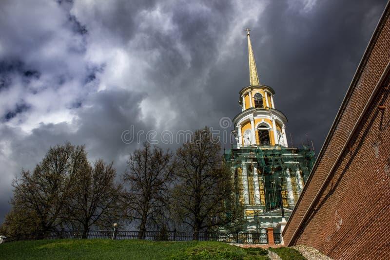 Cidade de Ryazan - grande temporal sobre ryazan kremlin Nuvens profundas sobre as construções de kremlin fotos de stock