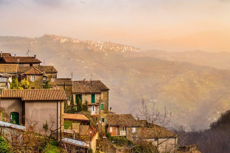 Cidade de San Vito Romano nas inclinações dos montes de Lazio, Itália imagens de stock