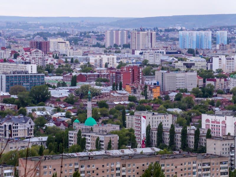 A cidade de Saratov, Rússia Vista da cidade da parte superior Casas, ruas, e construções públicas Mesquita imagens de stock