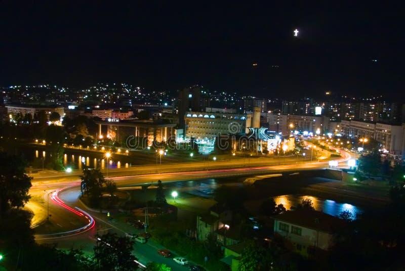 Cidade de Skopje na noite imagem de stock royalty free