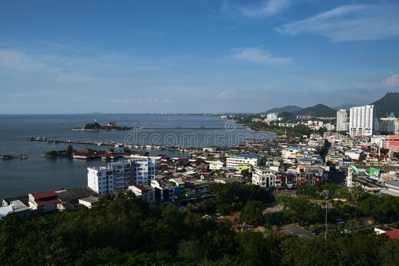 Cidade de Sriracha ao lado do mar (vista da parte superior) fotografia de stock royalty free