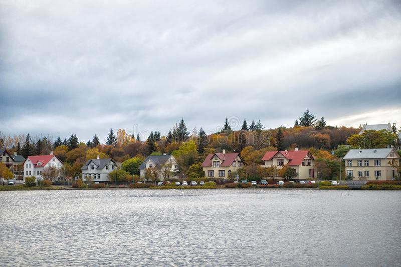 Cidade de superfície do escandinavo da lagoa da água Destino do ambiente da natureza da lagoa ou do lago Numeroso cercado lagoa c fotos de stock