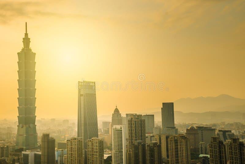 A cidade de taipei do bom dia com 101 a torre, centro é um arranha-céus do marco em Taipei, Taiwan imagens de stock royalty free