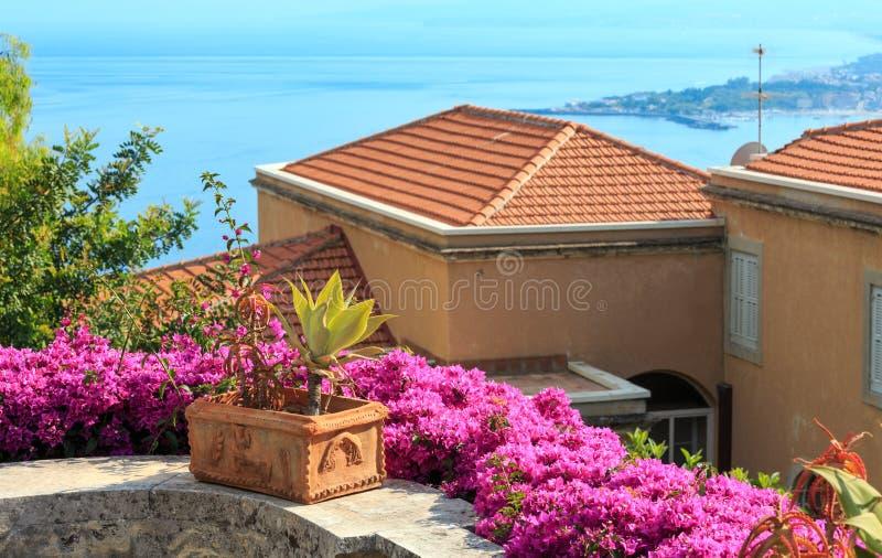 A cidade de Taormina floresce a cena, Sicília, Itália foto de stock royalty free