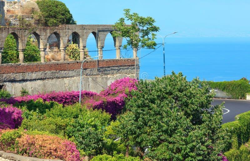 A cidade de Taormina floresce a cena, Sicília, Itália imagem de stock