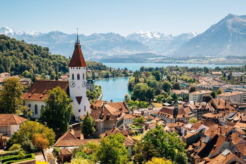 Cidade de Thun com montanha dos cumes e lago em Suíça foto de stock