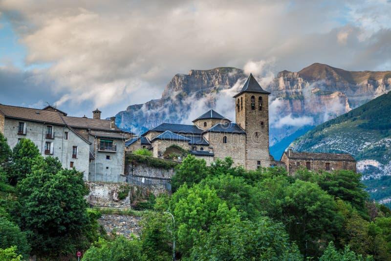 Cidade de Torla no pakr nacional de Ordesa nos pyrenees espanhóis imagem de stock