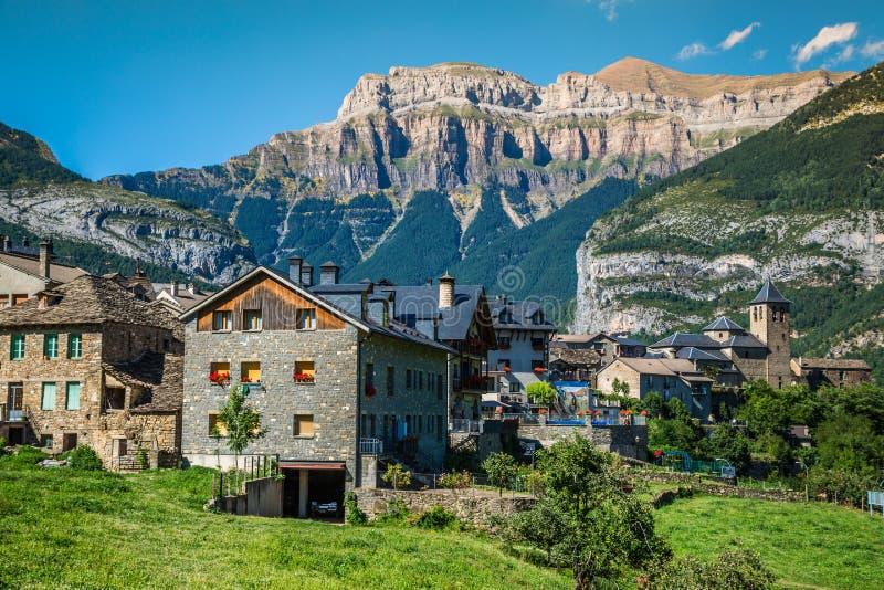 Cidade de Torla no pakr nacional de Ordesa nos pyrenees espanhóis imagens de stock royalty free