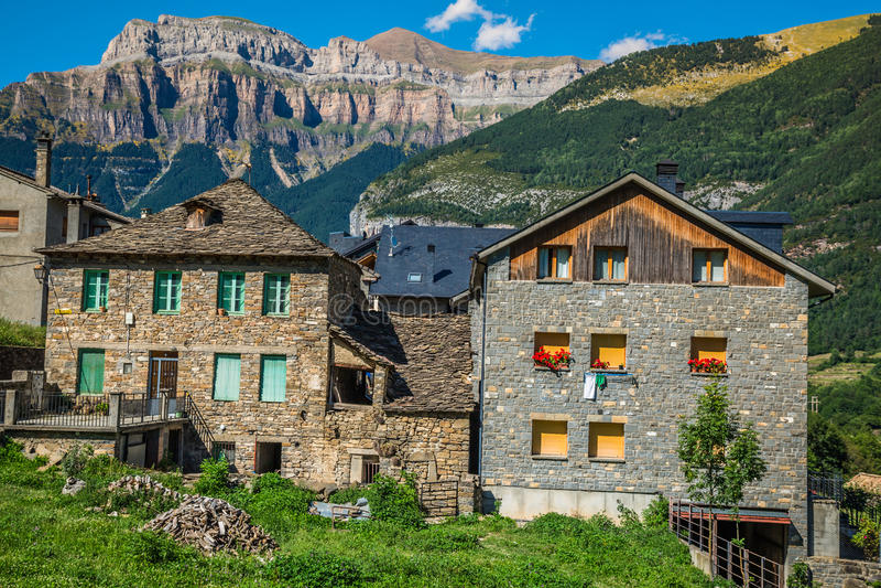 Cidade de Torla no pakr nacional de Ordesa nos pyrenees espanhóis fotos de stock royalty free
