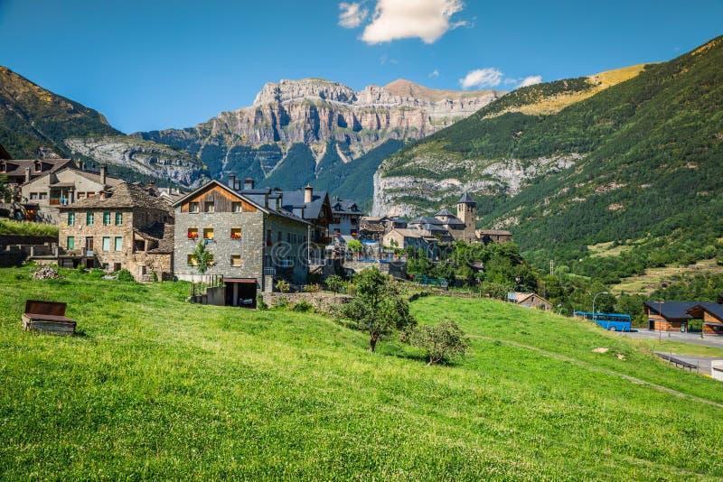 Cidade de Torla no pakr nacional de Ordesa nos pyrenees espanhóis imagens de stock