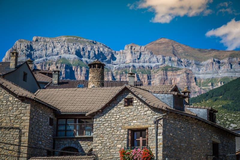 Cidade de Torla no pakr nacional de Ordesa nos pyrenees espanhóis fotos de stock