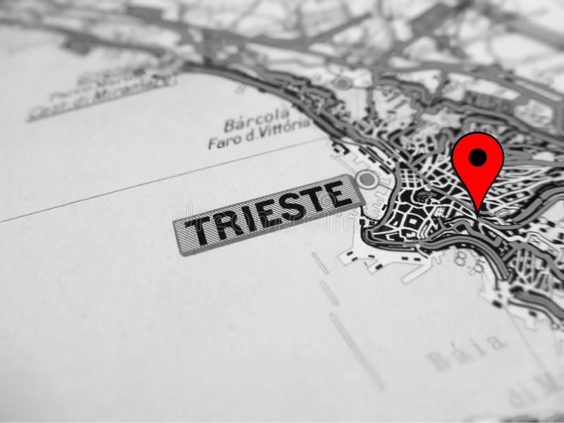 Cidade de Trieste sobre um mapa de estradas ITÁLIA foto de stock