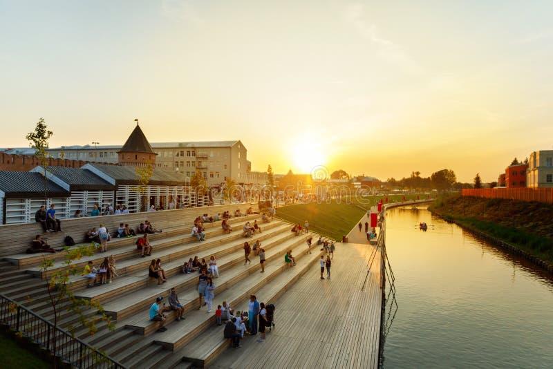 CIDADE DE TULA, RÚSSIA-JULE 28, 2019:Embankment do rio Upa, Embankment de Kazanskaya e um parque na parte histórica de Tula fotografia de stock royalty free