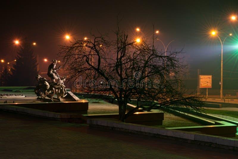 Cidade de Ucrânia Sumy da cidade da noite fotografia de stock