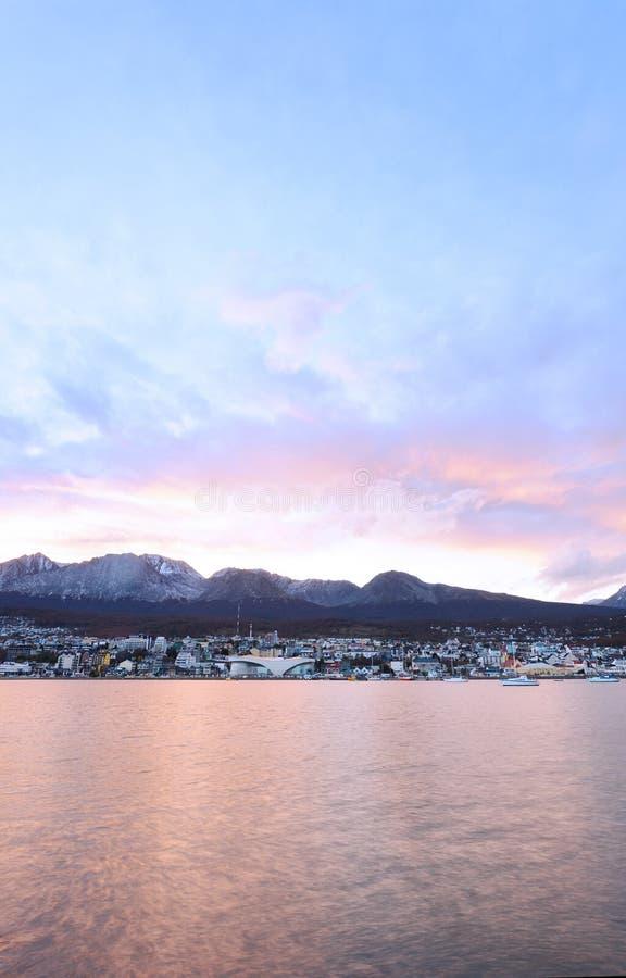 Cidade de Ushuaia no por do sol fotos de stock royalty free