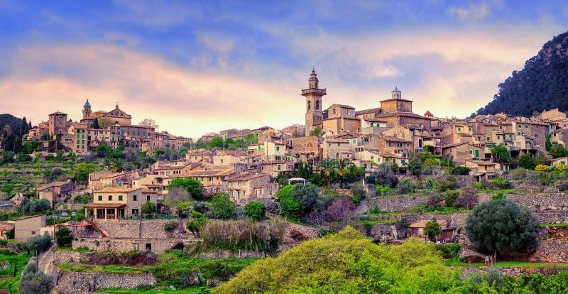 Cidade de Valdemossa, de monastério e de cume, Mallorca, Espanha imagens de stock