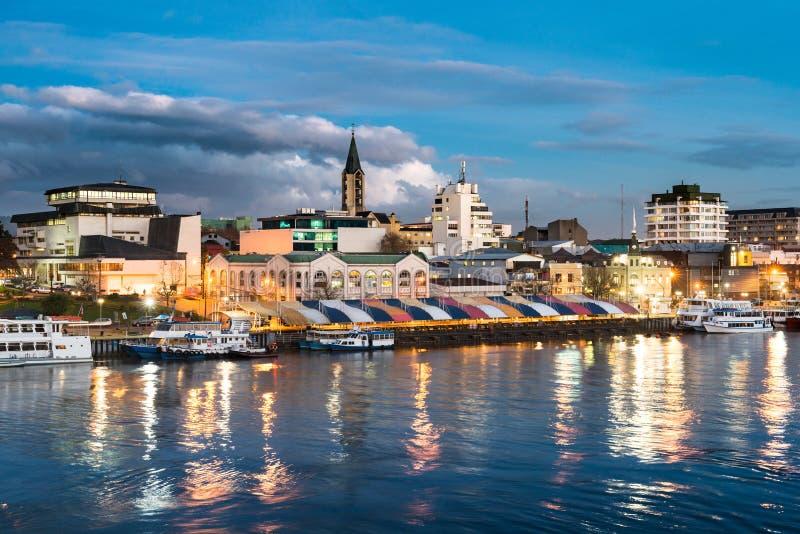 A cidade de Valdivia na costa do rio de Calle-Calle imagem de stock royalty free