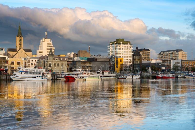 A cidade de Valdivia na costa do rio de Calle-Calle no Chile imagens de stock