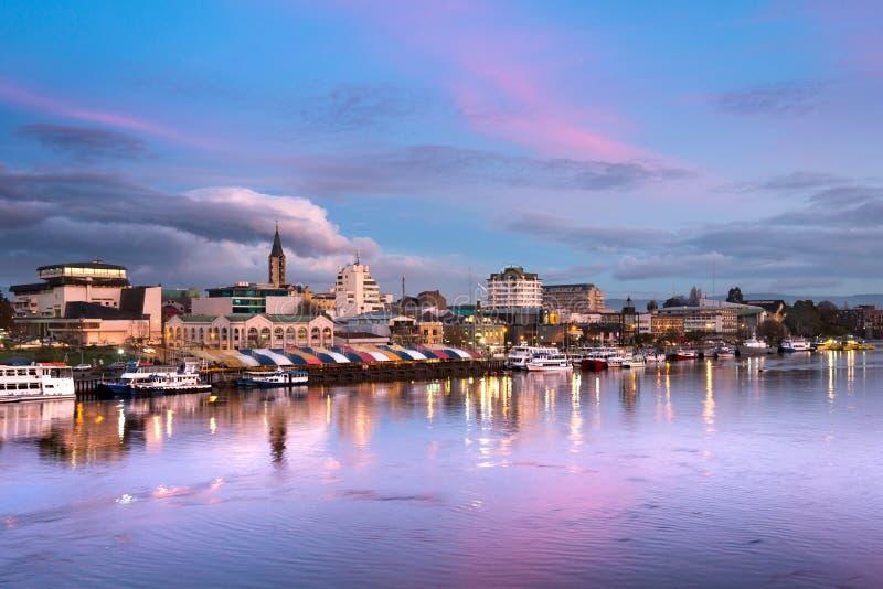 A cidade de Valdivia na costa do rio de Calle-Calle, o Chile fotografia de stock