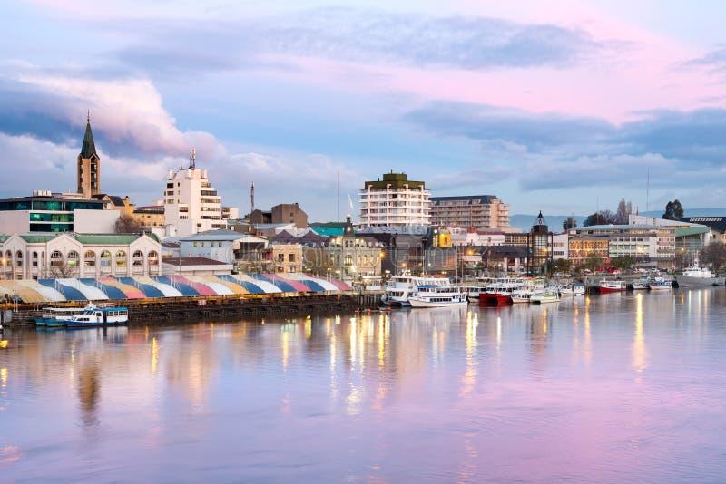 A cidade de Valdivia na costa do rio de Calle-Calle, o Chile fotos de stock royalty free