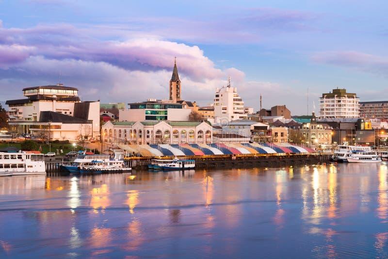 A cidade de Valdivia na costa do rio de Calle-Calle, o Chile foto de stock royalty free
