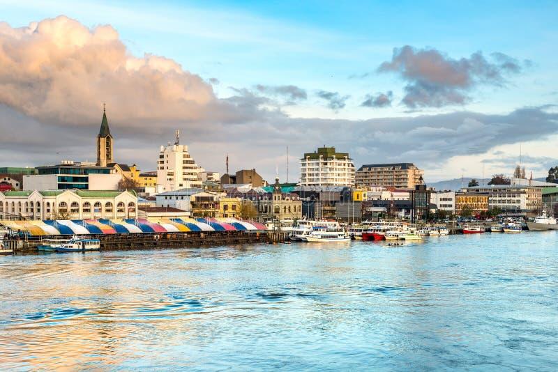 A cidade de Valdivia na costa do rio de Calle-Calle fotografia de stock royalty free