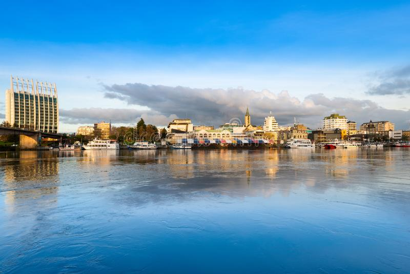 A cidade de Valdivia na costa do rio de Calle-Calle foto de stock