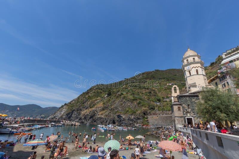 Cidade de Vernazza com turistas e sunbathers fotografia de stock