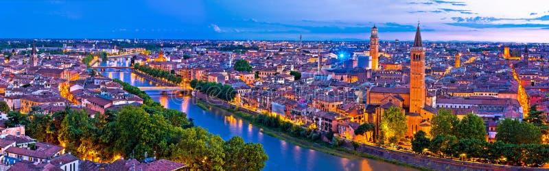 Cidade de Verona opinião aérea panorâmico e do rio velhos de Adige na noite imagens de stock royalty free