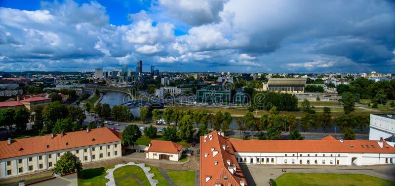 Cidade de Vilnius e opinião superior de nuvens fotos de stock royalty free
