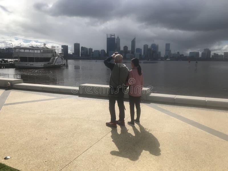 Cidade de vinda de perth da tempestade pelo rio da cisne foto de stock