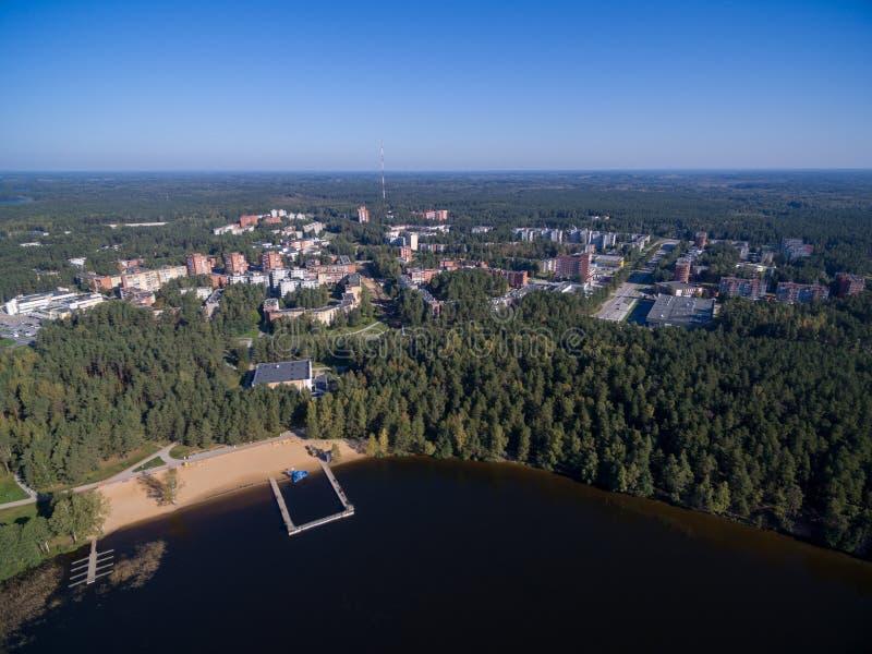 Cidade de Visaginas em Lituânia Cidade famosa devido ao central nuclear Lago no primeiro plano imagens de stock