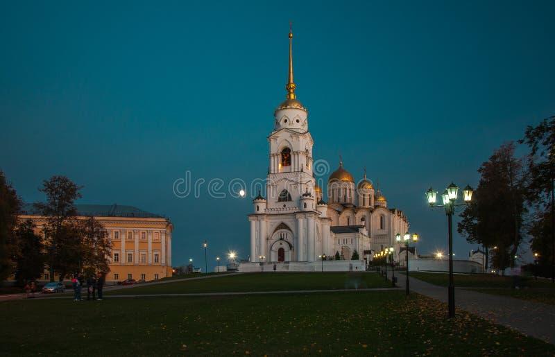 A cidade de Vladimir Do fim de setembro de 2015 A iluminação do quadrado principal e da catedral principal do Dormition na cidade imagem de stock