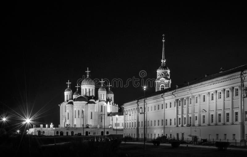 A cidade de Vladimir Do fim de setembro de 2015 Iluminando o quadrado principal e a catedral principal do Dormition na cidade fotos de stock royalty free