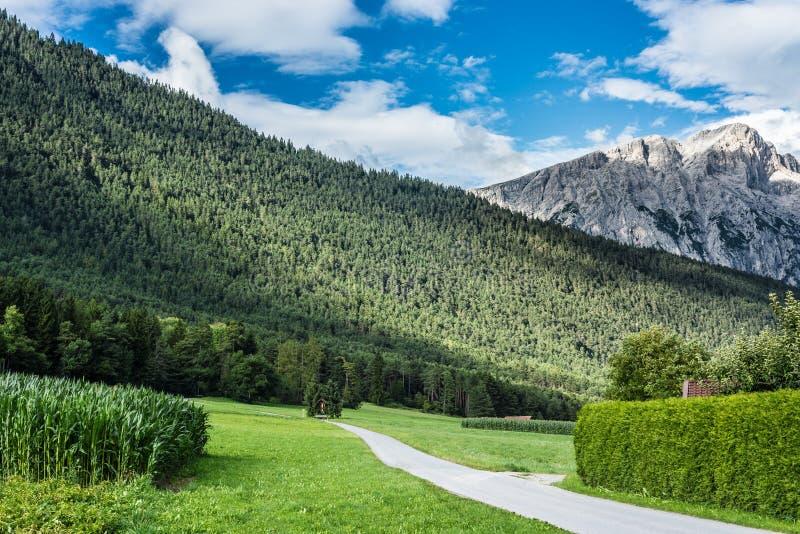 Cidade de Wildermieming em Áustria foto de stock royalty free