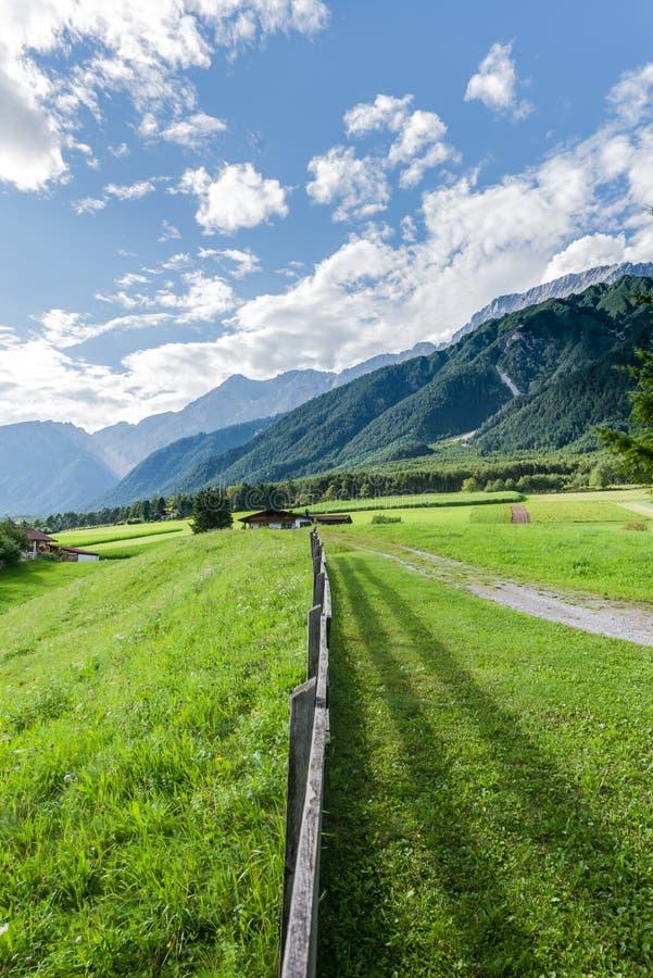 Cidade de Wildermieming em Áustria foto de stock