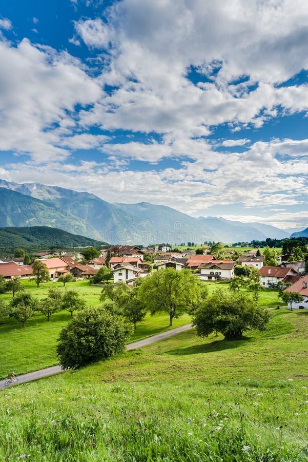 Cidade de Wildermieming em Áustria imagem de stock