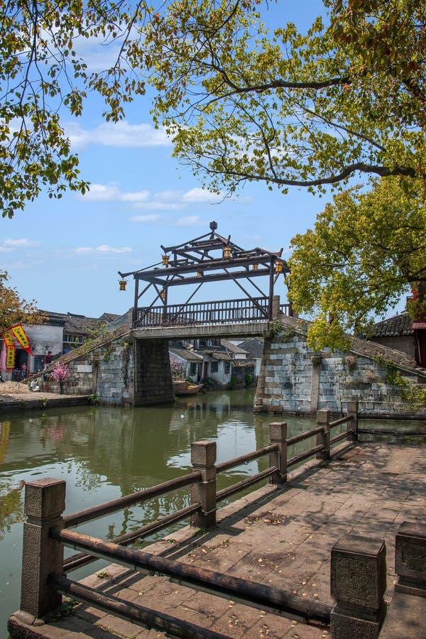 A cidade de Wujiang na cidade com pontes pequenas molha povos fotos de stock