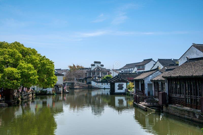 A cidade de Wujiang na cidade com pontes pequenas molha povos foto de stock royalty free