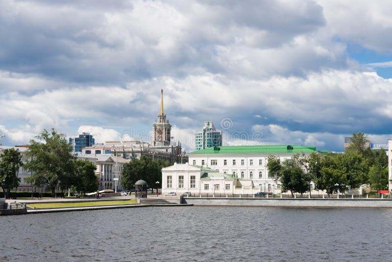 Cidade de Yekaterinburg da terraplenagem do cais de Quay imagem de stock royalty free