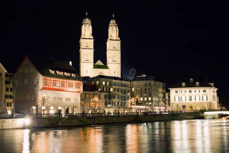 Cidade de Zurique na noite em Suíça imagens de stock royalty free
