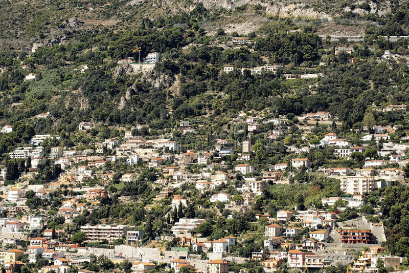 Cidade densamente povoada na montanha fotografia de stock