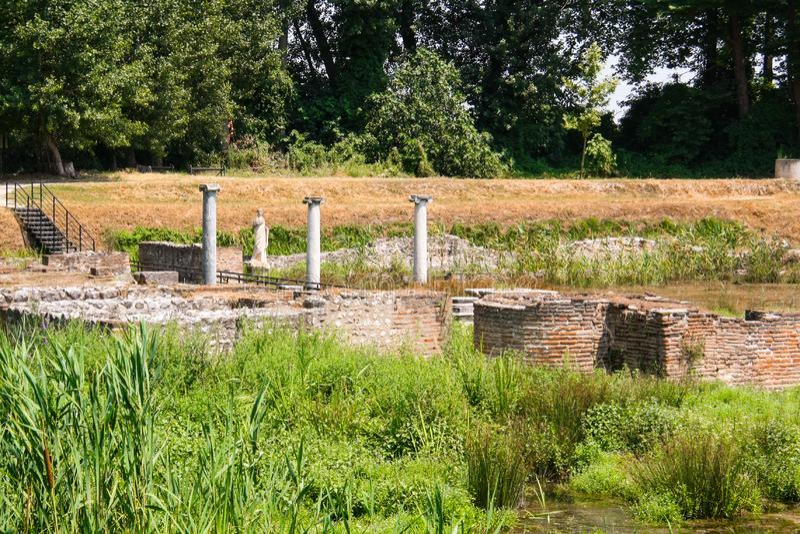 Cidade Dion de Grécia antigo Ruínas do santuário a Artemis ou ao Isis Parque arqueológico da cidade sagrado de Macedon foto de stock royalty free