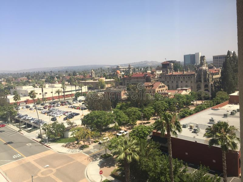 Cidade do beira-rio Califórnia com a pensão da missão no fundo imagens de stock royalty free