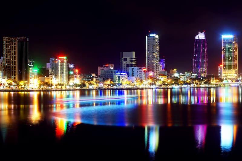 Cidade do Da Nang na noite com reflexão fotografia de stock