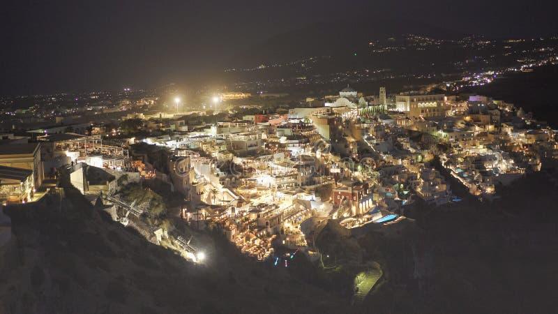 A cidade do fira na noite na ilha do santorini foto de stock