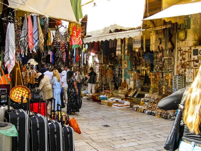 Cidade do Jerusalém, bancos de igreja que vendem ícones e atributos religiosos ilustração stock