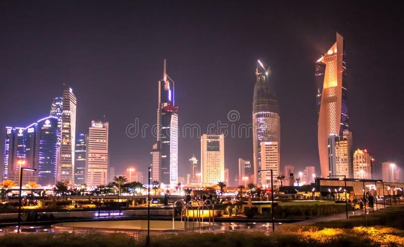 A Cidade do Kuwait na noite imagens de stock royalty free